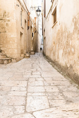 Fotorolgordijn Smal steegje narrow street in historical town Altamura, Italy