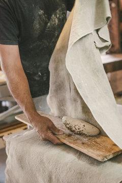 Un paysan boulanger fait son pain