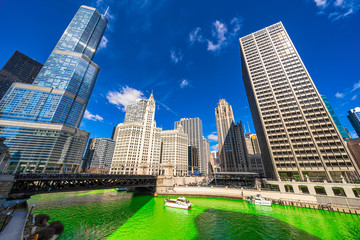 Photo sur Aluminium Chicago Chicago building and cityscape on Saint Patrick's day around Chicago river walk with green color dyeing river in Chicago Downtown, illinois, USA, crowned irish and american people are celebrating.