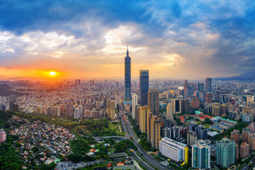 Fotomurales - Taipei cityscape at sunset in Taiwan.