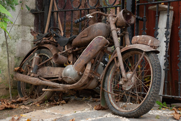 Poster Bicycle Very old and rusty motorcycle in Istanbul