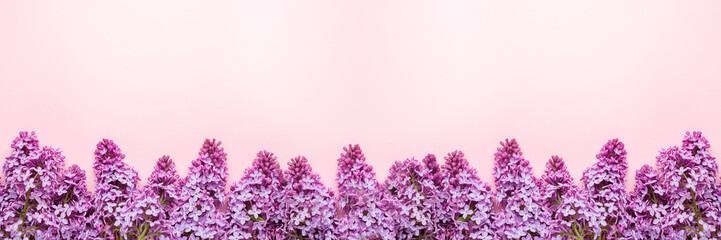 Photo sur Aluminium Lilac Branches of lilac on pink background. White and purple lilac. Romantic spring mood. Top view. Copy for your text