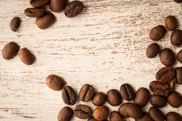 Granos de café en fondo de madera