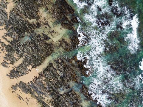 Küsten-Brandung aus der Vogelperspektive; Eastern Cape, Südafrika