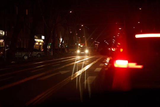 Rotes Bremslicht eines Autos nachts