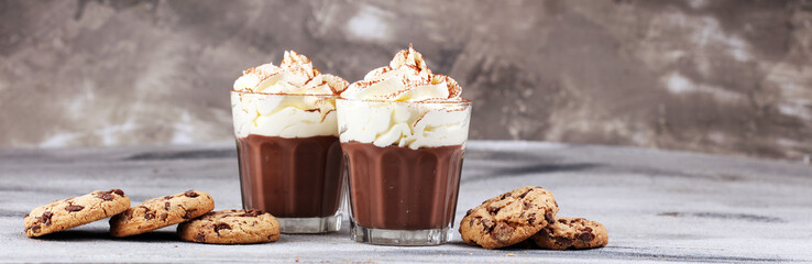 Foto auf AluDibond Schokolade hot chocolate with cocoa and chocolate chip cookies and whipped cream