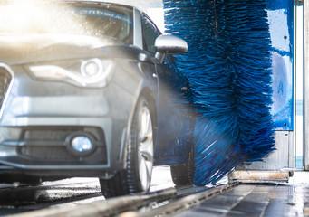 Auto in der Waschanlage Fototapete