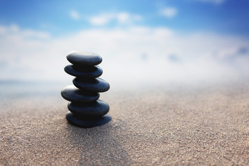 Photo sur Plexiglas Zen pierres a sable Balance stone with spa on blur beach and sea background