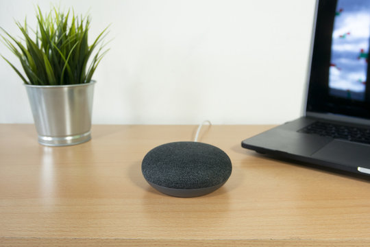 Assistente vocale wi-fi sulla scrivania, casa inteligente  e tecnologica