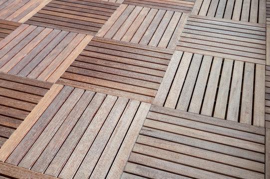 Terrassenboden aus braunen Holzfliesen als Hintergrund oder Textur