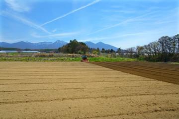 春の訪れとともに畑の耕作が始まる Fototapete