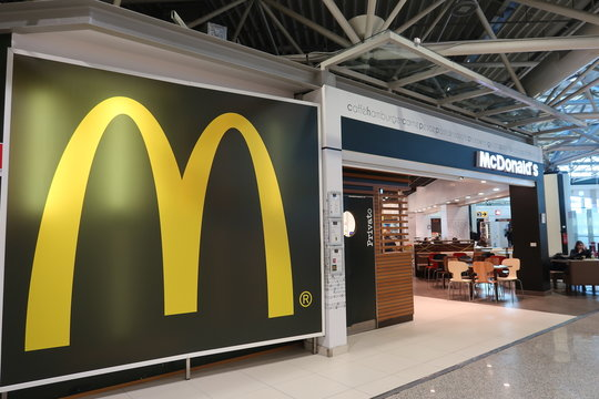 Logo d'un restaurant McDonald's à l'aéroport de Rome Fiumicino – février 2020 (Italie)