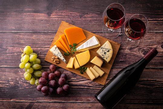 様々な種類のチーズ盛り合わせと赤ワイン