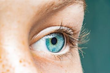 Fotorolgordijn Iris Nahaufnahme eines weiblichen Auges mit blauer Iris