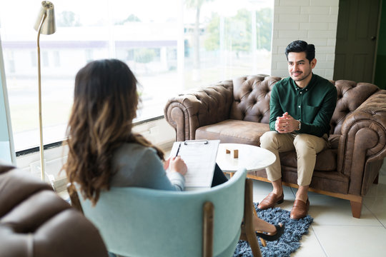 Male Professional Seeking Advice From Therapist At Office