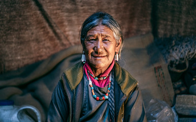 Fototapeta Nomadic old Woman. They live for several months a year in tents, looking for fresh pastures for their goats, from which comes cashmere wool. In Ladakh, Kashmir, India. obraz