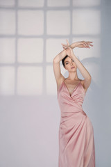 Foto op Plexiglas womenART Beautiful woman pose in studio in pink classic dress