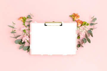 Photo sur Plexiglas Fleuriste Clipboard mockup with frame made of flowers and eucalyptus. Festive floral composition with copy space on a pink pastel background.