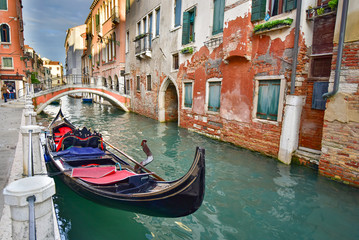 Foto op Aluminium Venetie Vintage buildings along the canal in Venice, Italy