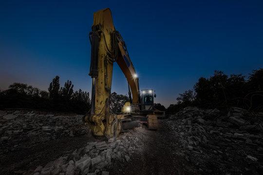 Abrissarbeiten auf der Baustelle - Dämmerung