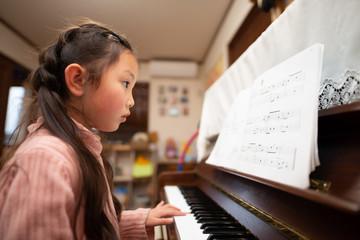 ピアノを練習する少女