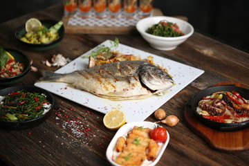 Foto op Canvas Assortiment grilled sea bream steak with vegetables