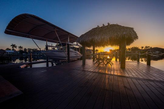 Terrasse mit Bootsanleger im Sonnenaufgang Florida