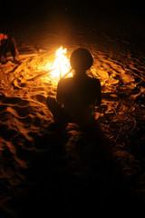 Canvas Prints Dragons kontury mężczyzny w turbanie siedzącego przy ognisku na pustyni