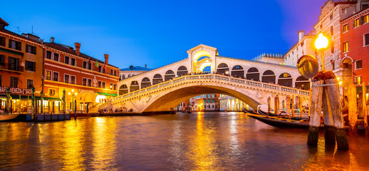 Wall Mural - VENICE, ITALY - 23 September 2019: Grand Canal and Rialto bridge at night