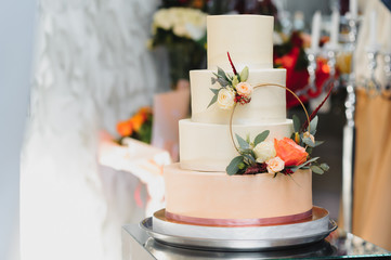A wonderful wedding cake detail. The flowers look real, but are really edible sugar flowers!