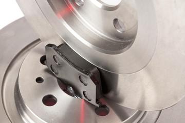 Freinage plaquettes neuves sur disques de frein en acier