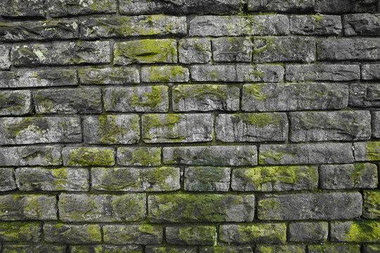 Natursteinmauer mit Moos