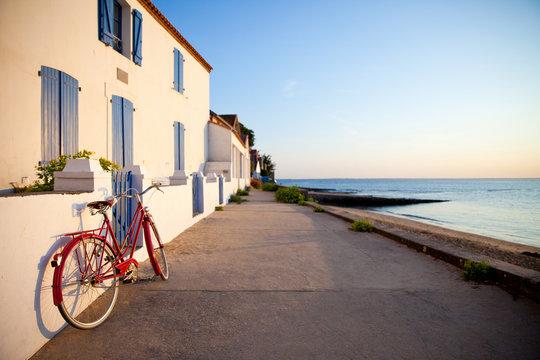 Vélo rouge sur l'île de Noirmoutier en France. Paysage de plage.