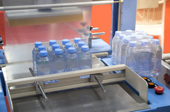 Shrink film wrapping machine for bottle of water