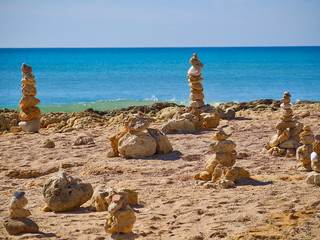 Photo sur Plexiglas Zen pierres a sable Stacks of stones in front of blue ocean