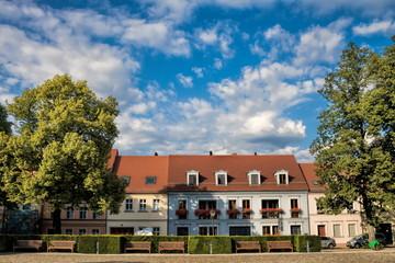 Fotomurales - neuruppin, deutschland - idyllische mehrfamilienhäuser am stadtpark