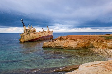 Poster Naufrage Aerial drone view ship wreck on the beach. Pegeia near Paphos on Cyprus