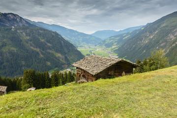 Fototapete - Almhütte mit Blick auf den Urlaubsort Mayrhofen im Zillertal