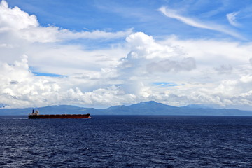 Photo sur Aluminium Seascape, blue sky, clouds and sea in the tropical waters of the Pacific Ocean.