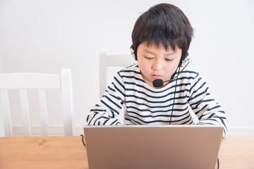 パソコンをする小学生の男の子