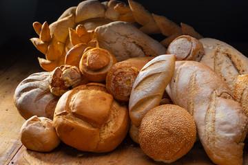 pães e doces artesanais dispostos em uma mesa de madeira