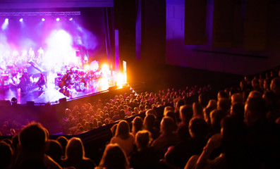 Lights on stage during concert in hall filled with spectators Fotomurales