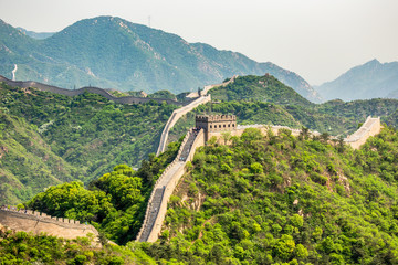 Foto op Aluminium Chinese Muur Panorama of Great Wall of China among the green hills and mountains near Beijing, China