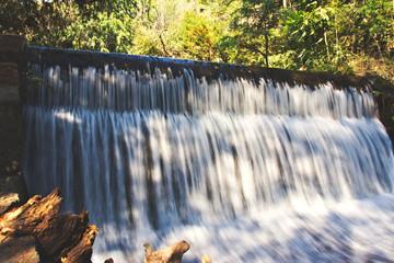 Foto op Aluminium Zwavel geel Pequeña cascada
