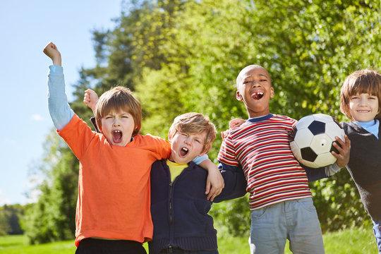 Kinder im multikulturellen Fußball Team freuen sich