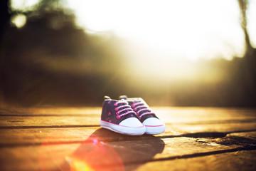 Chaussures de bébé pour séance photos grossesse, nouveau né coucher de soleil