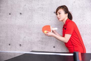 卓球をやる女性(真剣)