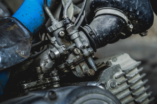 Clean the carburetor with dirt on the motorcycle engine.