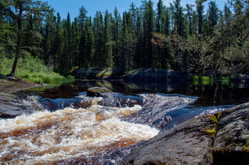 Zelfklevend Fotobehang Bos rivier clam cove with water rushing to the falls