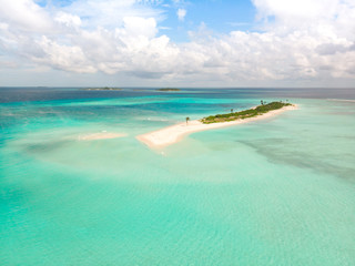 Fotorollo Reef grun Picture perfect beach and turquoise lagoon on small tropical island on Maldives.